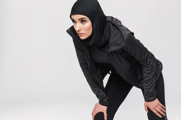 절연, 휴식, 스포츠 히잡을 쓰고 매력적인 젊은 이슬람 여자