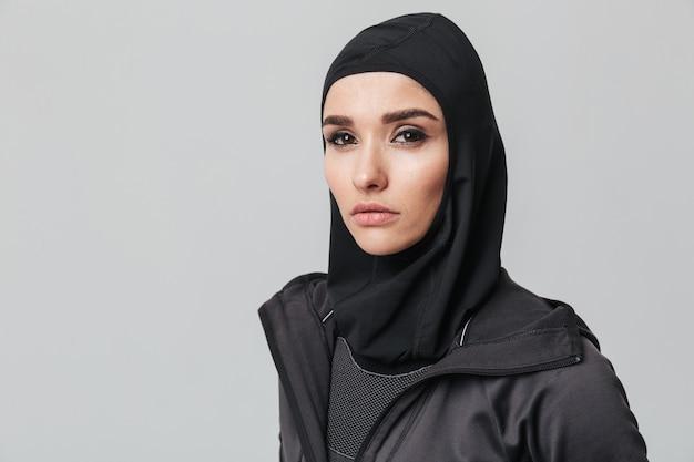 격리 된 스포츠 히잡을 입고 매력적인 젊은 이슬람 여자