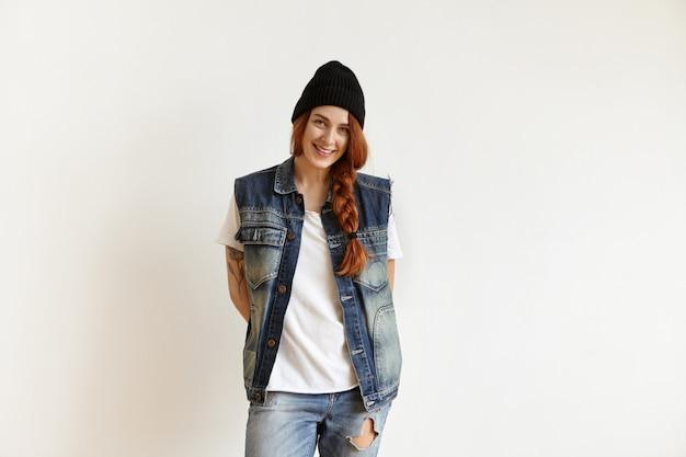 幸せな表情を持つ魅力的な若い赤毛の女性
