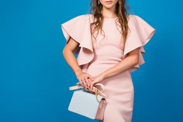 핑크 명품 드레스, 여름 패션 트렌드, 세련된 스타일, 매력적인 젊은 세련된 섹시한 여자, 유행 핸드백을 들고