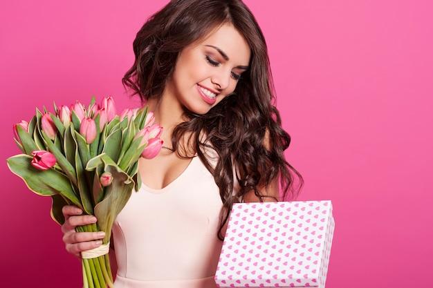 휴일을 축 하하는 매력적인 젊은 여자