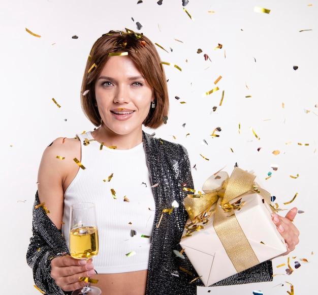 Attraente giovane donna che celebra il capodanno