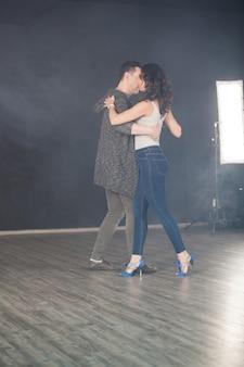 彼氏とキゾンバを踊る魅力的な若い女性。美しいパフォーマンス。
