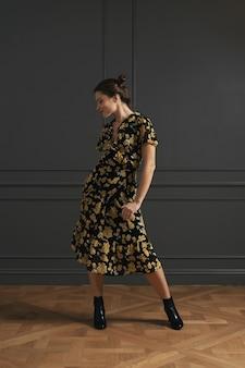 Giovane donna attraente che balla e posa