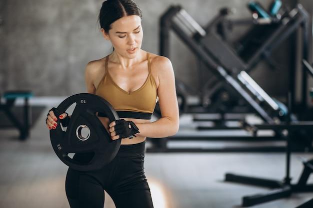 체육관에서 운동하는 매력적인 젊은 여자
