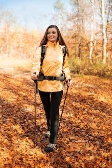 魅力的な若い女性のハイキング