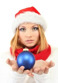 흰색 절연 크리스마스 공을 들고 매력적인 젊은 여자