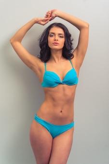 파란 속옷에 매력적인 젊은 여자.