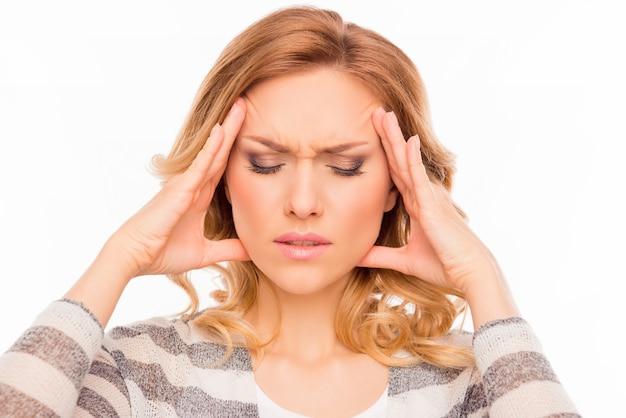 Привлекательная молодая женщина страдает сильной мигренью