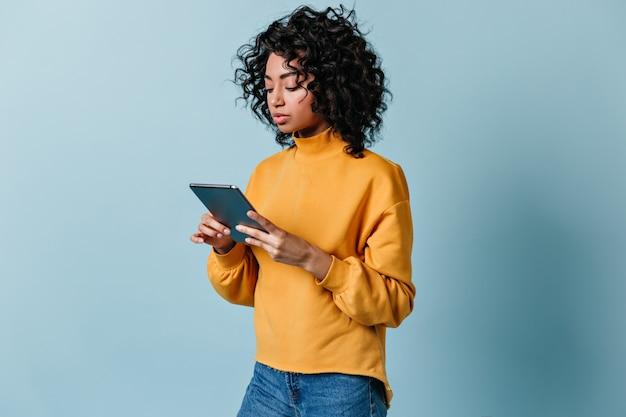 디지털 태블릿을 사용 하여 매력적인 젊은 여자