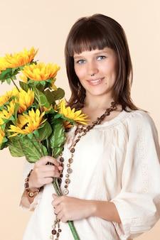 Привлекательная молодая женщина с красивым букетом цветов