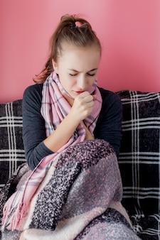 喉の痛みを持つ魅力的な若い女性