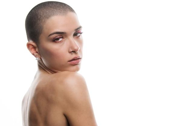 白でポーズをとって短い髪の魅力的な若い女性