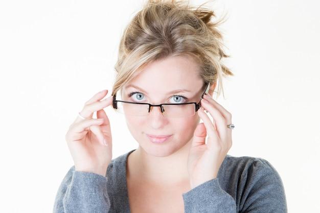 Привлекательная модная девушка молодая женщина с очками изолированы