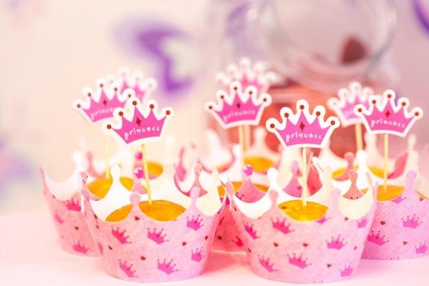子供の休日、カップケーキ、ケーキ、帽子、家族のお祝いの属性