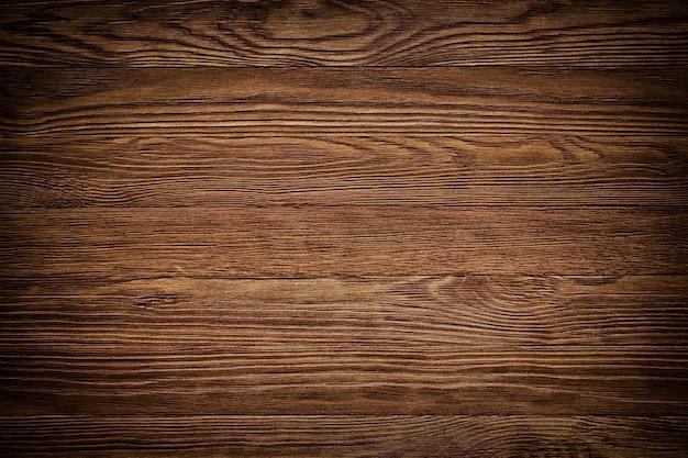 Atural木製木材、テーブル表面。薄茶色に塗られた堅材の板張りの壁