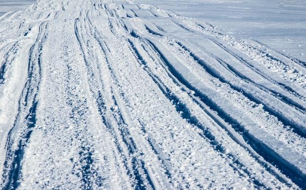 Квадроцикл и лыжные трассы в снегу в солнечный морозный зимний день. концепция отдыха в зимних горах в европе.