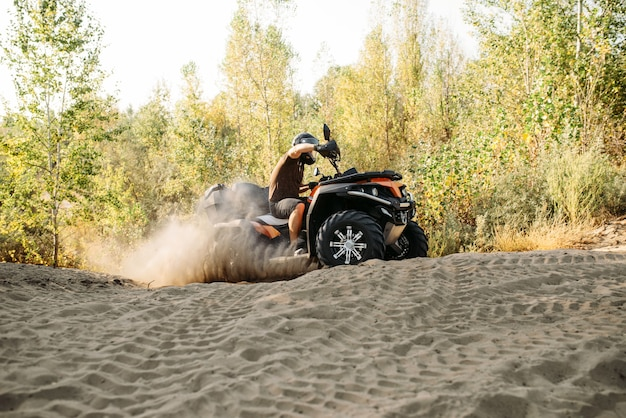砂の採石場でのatvフリーライディング、エクストリームスポーツ