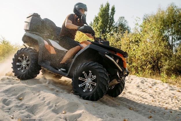 Квадроцикл фрирайд в песчаном карьере, экстремальный спорт
