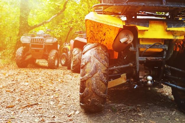 森の中、泥の中のatv。泥の中のホイールとatv要素のクローズアップ
