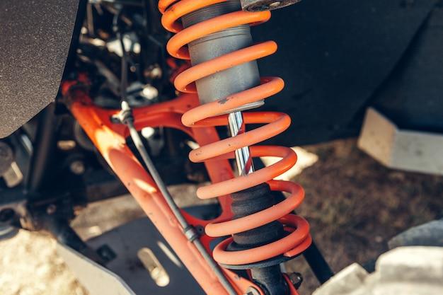 Atv quad bike、詳細のクローズアップ:ヘッドライト、ショックアブソーバー