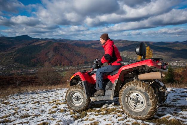 雪が多い斜面での運転手付きatvクワッドバイク
