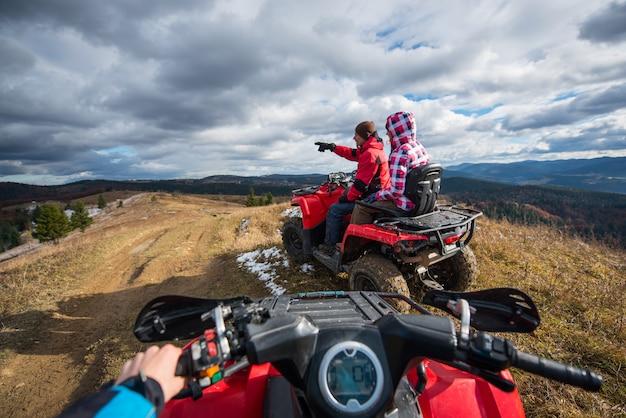 クワッドバイクからの眺め。 atvに座っているカップル