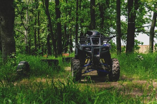 森の特別なレーストラックでのatvクワッドバイク