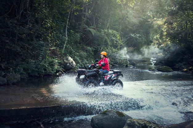 山道のatvクワッドバイクの女性