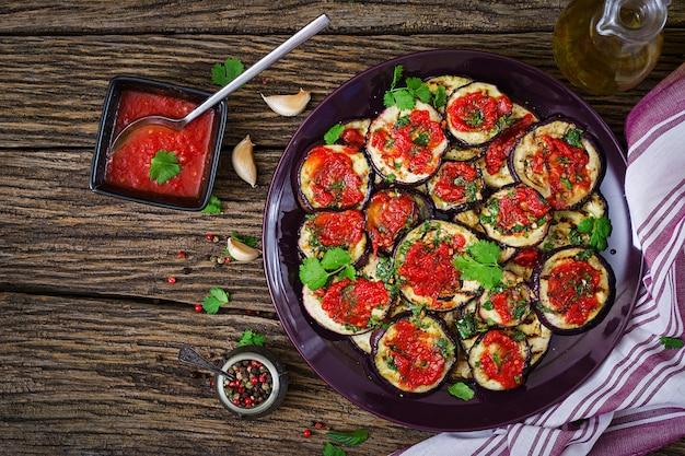 ナスのトマトソース焼き、ニンニク、コリアンダー、ミント添え。ビーガンフード焼きau子。上面図。平置き