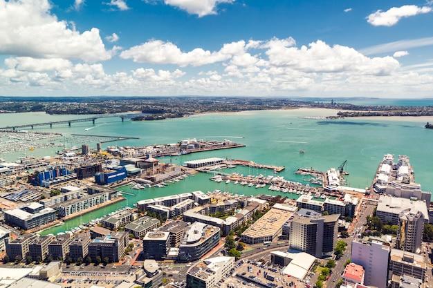 Окленд мост и гавань вид со смотровой площадки в солнечный день