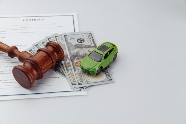 Аукционный молоток с ключом от машинки и контрактом.