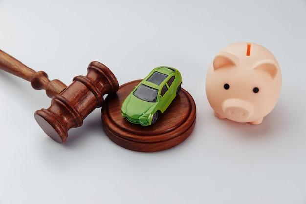 おもちゃの車のキー、貯金箱、契約書付きのオークションハンマー。