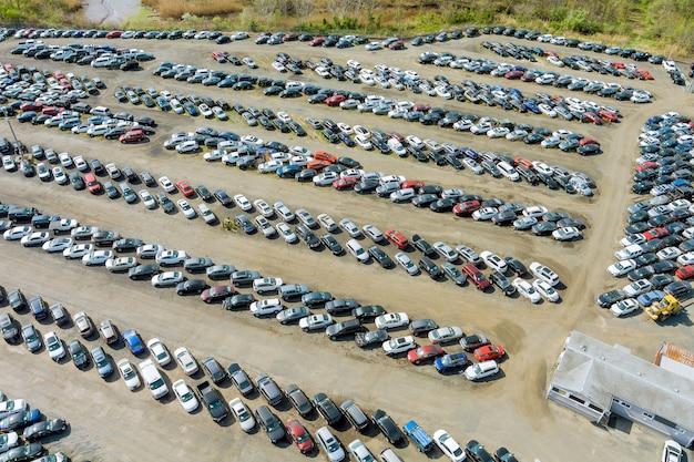 중고차 야드 터미널이 주차 된 열에 분산 된 자동차의 경매장