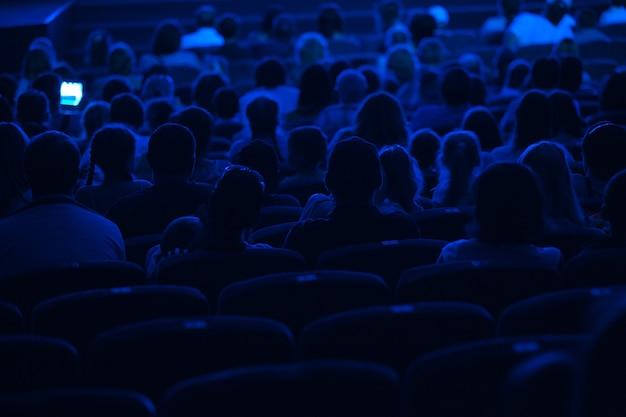 Аудитория в кинотеатре. силуэт.