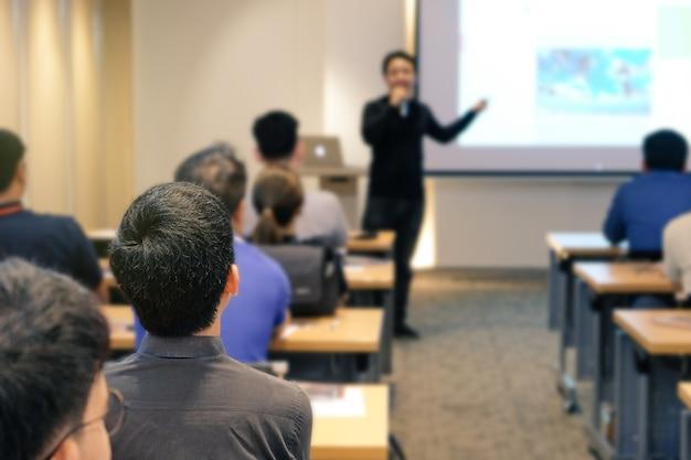 Аудитория слушателя, стоящего перед комнатой в конференц-зале