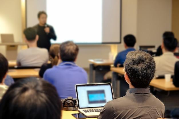 컨퍼런스 홀에서 방 앞에 서있는 청중 청취 스피커