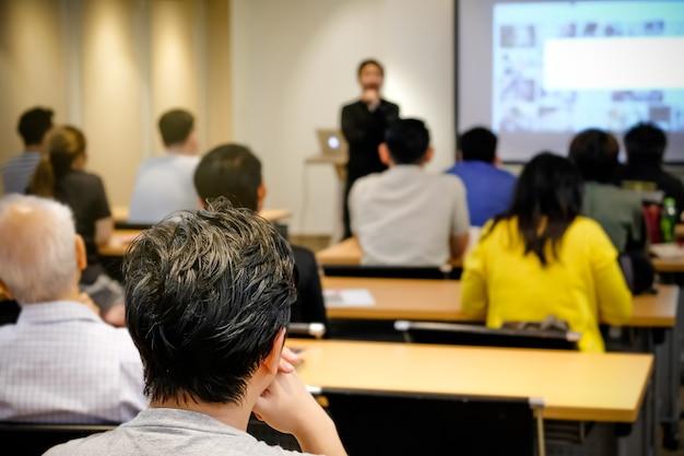 방 앞에 서있는 청중 청취 스피커