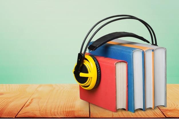 오디오 북 개념, 책 및 배경에 헤드폰