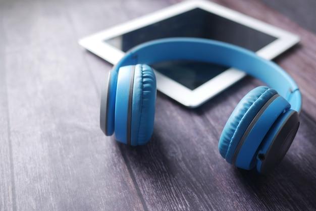 오디오 북 개념 헤드폰 및 테이블에 디지털 태블릿