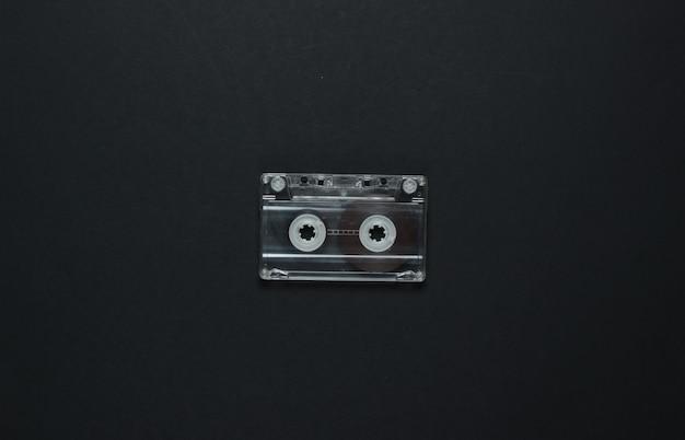 검정색 배경에 오디오 카세트입니다. 평면도