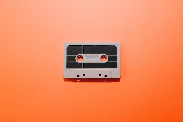 오렌지 배경 복사 공간에 고립 된 오디오 카세트 테이프
