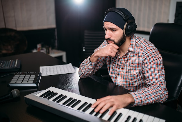 Audio engineering, soundman work with synthesizer