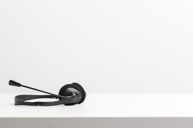 テーブルの上のオーディオヘッドセット