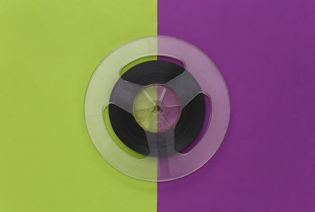 오디오 자기 테이프. 보라색 녹색에 필름 릴. 레트로 스타일