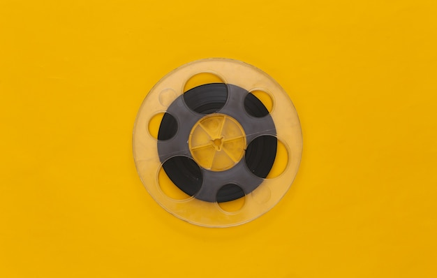 오디오 자기 테이프. 노란색 필름 릴. 레트로 스타일