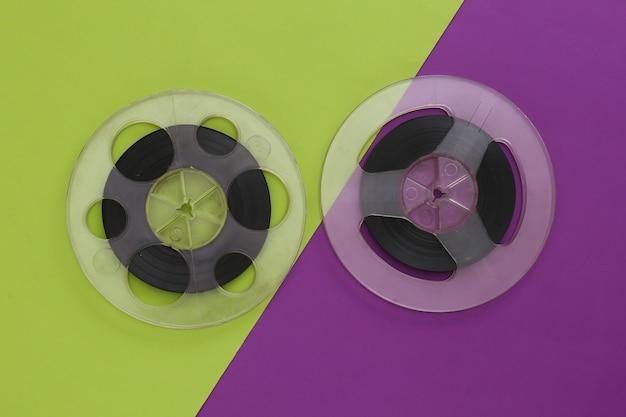 오디오 자기 테이프. 보라색 녹색에 두 개의 필름 릴입니다. 레트로 스타일