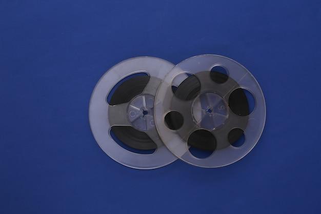 오디오 자기 테이프. 클래식 블루에 두 개의 필름 릴. 레트로 스타일