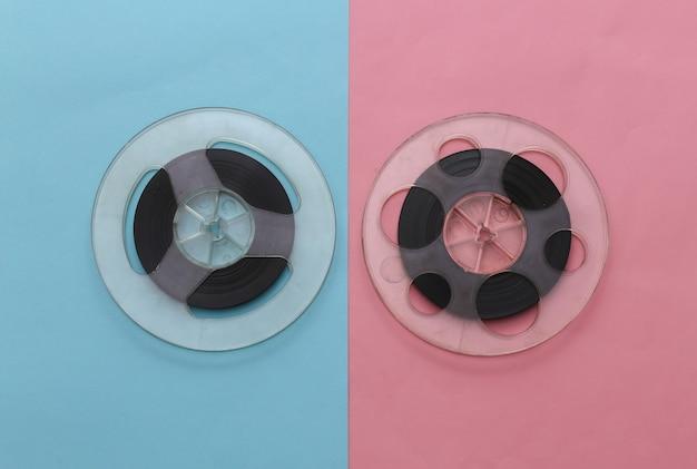오디오 자기 테이프. 핑크 블루 파스텔에 두 개의 필름 릴입니다. 레트로 스타일. 미니멀리즘