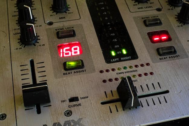 오디오 믹서는 디스코 장비의 세부 사항을 닫습니다.